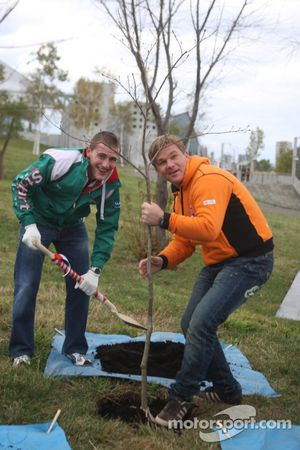 Matthew Wilson et Hening Solberg aident les organisateurs du Rally Japan de 2008, en plantant des arbres pour commémorer le début du rally à l'extérieur du Sapporo Dome
