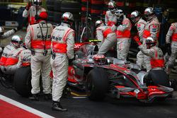 Arrêt au stand pour Heikki Kovalainen, McLaren Mercedes, MP4-23