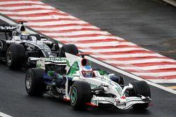 Jenson Button, Honda Racing F1 Team mène devant Nico Rosberg, WilliamsF1 Team