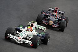 Rubens Barrichello, Honda Racing F1 Team, RA108 à frente de Sébastien Bourdais, Scuderia Toro Rosso,