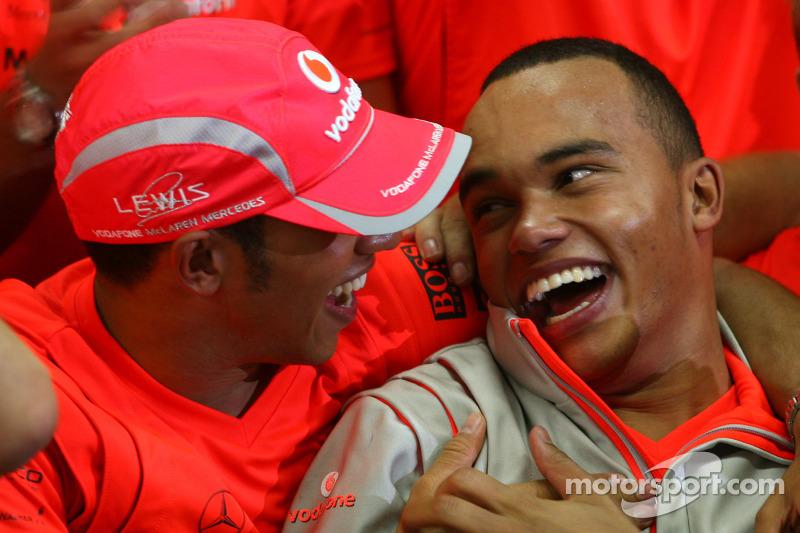 Campeón del mundo 2008 Lewis Hamilton celebra con su hermano Nicolas