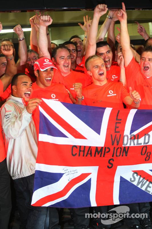 Campeón del mundo 2008 Lewis Hamilton celebra  con su hermano Nicolas, Heikki Kovalainen y miembros del equipo Mercedes