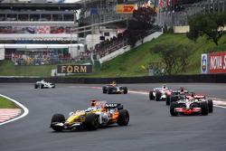 Fernando Alonso, Renault F1 Team devant Heikki Kovalainen, McLaren Mercedes