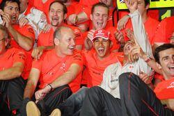 Le champion du monde 2008 Lewis Hamilton fête avece Ron Dennis, Heikki Kovalainen, Pedro de la Rosa et les membres de l'équipe McLaren Mercedes