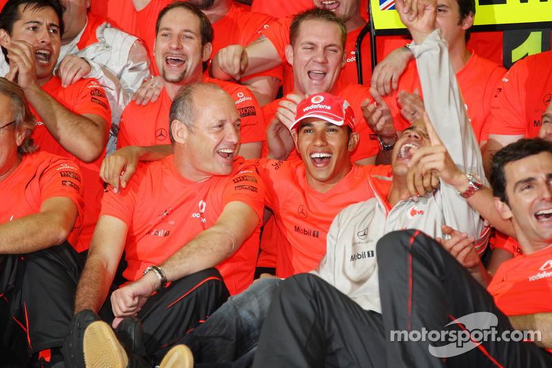 Ele estreou na Fórmula 1 12 anos após seu primeiro encontro com Dennis, guiando para a McLaren em 2007 e conquistando o campeonato mundial no ano seguinte.