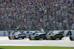 Carl Edwards mène les voitures jusqu'au drapeau vert