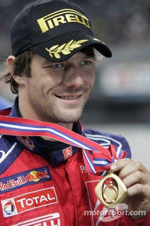 Le champion du monde de rally 2008 Sébastien Loeb fête