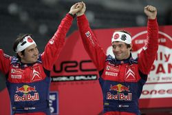 Le champion du monde de rally 2008 Sébastien Loeb et Daniel Elena fêtent