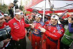 Le champion du monde de rally 2008 Sébastien Loeb et Daniel Elena célèbrent avec les membres de l'équipe Citroen Total WRT