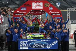 Podium: rally winners Mikko Hirvonen and Jarmo Lehtinen and the BP Ford Abu Dhabi World Rally Team d