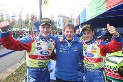 Les vainqueurs du rally Mikko Hirvonen et Jarmo Lehtinen celebrent avec Malcolm Wilson