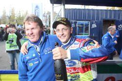 Le vainqueur du rally Mikko Hirvonen célèbre avec Malcolm Wilson