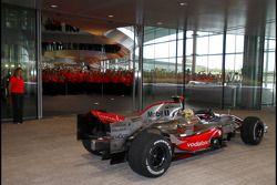 Lewis Hamilton au centre technologique de McLaren dans sa McLaren Mercedes MP4-22