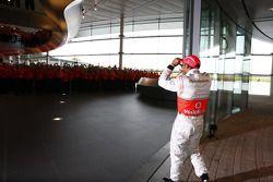 Lewis Hamilton arrive au centre technologique de McLaren