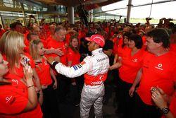 Lewis Hamilton fête avec les employés de McLaren
