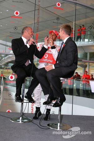 Lewis Hamilton sur scène avec Ron Dennis et Martin Whitmarsh