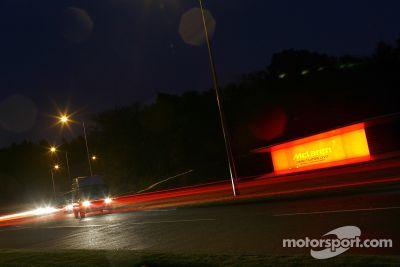 Lewis Hamilton accueilli au McLaren Technology Centre
