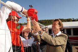 Luca di Montezemolo imza dağıtıyor
