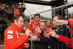 Stefano Domenicali imza dağıtıyor