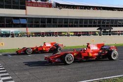 Felipe Massa ve Kimi Raikkonen Ferrari F2008