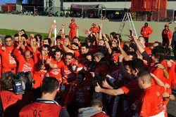 Les membres de l'équipe Scuderia Ferrari fêtent leur victoire