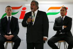 Simon Roberts Force India F1 Operasyon Şefi, Dr Vijay Mallya Force India F1 Takım Sahibi ve Martin W