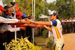 Nelson A. Piquet et Lucas Di Grassi avec des fans