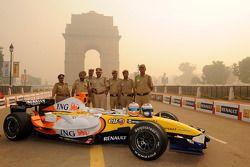 Des membres des forcs locales posent avec la Renault F1 R28