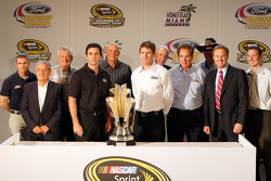 Bobby Labonte, Rex White, Bobby Allison, Jimmie Johnson, Dale Jarrett, Carl Edwards, Ned Jarrett, Darrell Waltrip, Richard Petty, Rusty Wallace et Kurt Busch posent avec le trophée NASCAR Sprint Cup Series pendant la conférence de presse Championship Cont