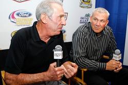 Ned et Dale Jarrett, une des deux combinaisons père-fils gagnant le titre NASCAR Sprint Cup Series, discutent avec les médias après la conférence de presse Championship Contenders 2008