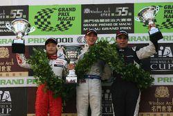 Podium: le vainqueur Edoardo Mortara, le deuxième Keisuke Kunimoto, le troisième Roberto Streit