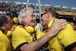 Hugues de Chaunac, Hans Stuck e il team SEAT festeggiano il titolo di Yvan Muller
