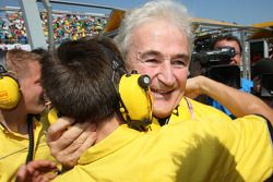Hugues de Chaunac e membri del team SEAT festeggiano Yvan Muller