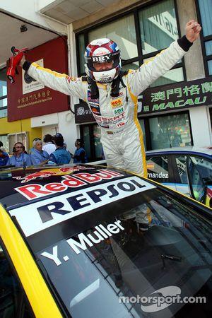 Il Campione WTCC 2008 Yvan Muller festeggia