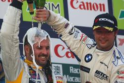 Yvan Muller e Andy Priaulx festeggiano con lo champagne