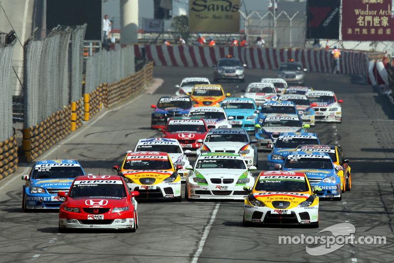 Старт: впереди Джеймс Томпсон (Honda) и Габриэле Тарквини (SEAT)