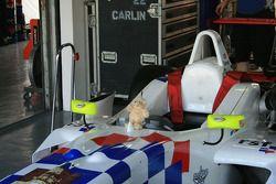 La voiture d'Oliver Turvey avec l'ours chanceux de Jimmy