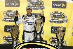 Ligne d'arrivée du championnat: Jimmie Johnson, champion NASCAR Sprint Cup Series 2008