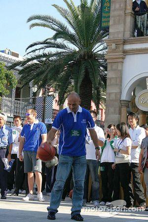 Session de basket-ball: Gabriele Tarquini montre ses talents balle en main