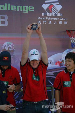 Session de basket-ball: Carlo van Dam content d'être dans l'équipe qui gagne, Keisuke Kunimoto en rit