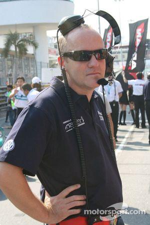 Philippe Sinault ne maîtrise pas trop les écouteurs