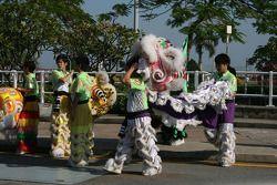 Les danseurs de lion se préparent