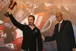 Yvan Muller et son nouveau trophée