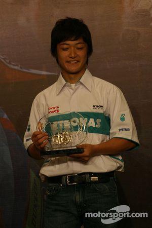 Kunimoto reçoit un des quatre trophées