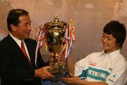Et Kunimoto avec un autre trophée