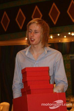 Brendon Hartley avec une pile de prix et de cadeaux