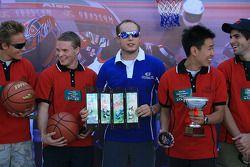Session de basket-ball: Robert Huff reçoit un prix pour avoir marqué le plus de paniers