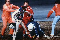 Cale Yarborough mit dem Helm in der rechten Hand; mit dem linken bein hält er sich Bobby Allison und