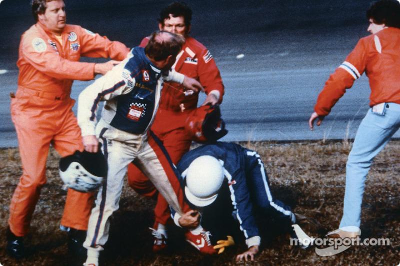 Em 1979 aconteceu a mais célebre luta desajeitada do automobilismo. Cale Yarborough e Donnie Allison brigaram após baterem um no outro, dando a vitória a Richard Petty, na última volta da Daytona 500 de 1979. Capacetes ao vento e socos no vazio marcaram o