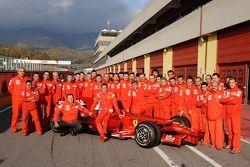 Valentino Rossi mit dem Ferrari F2008 und dem Team